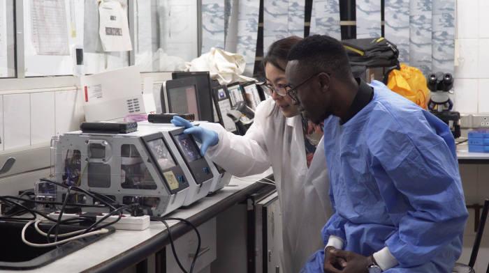 노을 연구진이 아프리카 현지 연구진과 말라리아 진단 연구를 하고 있다.