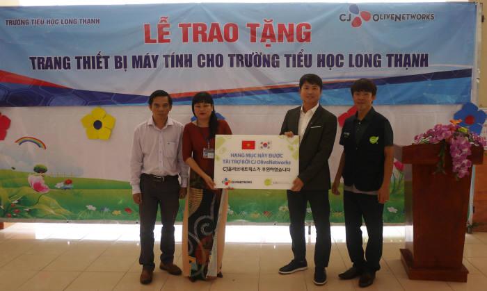 CJ올리브네트웍스가 베트남 초등학교에 스마트교실 구축을 위한 IT기자재를 기증했다. CJ올리브네트웍스 제공