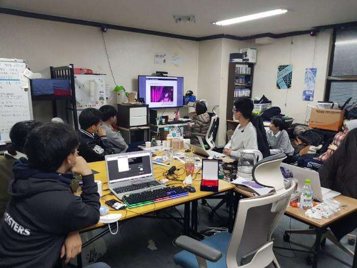 서울대학교 게임개발 동아리 SNUGDC 회원들이 게임을 보면서 토론하고 있다.