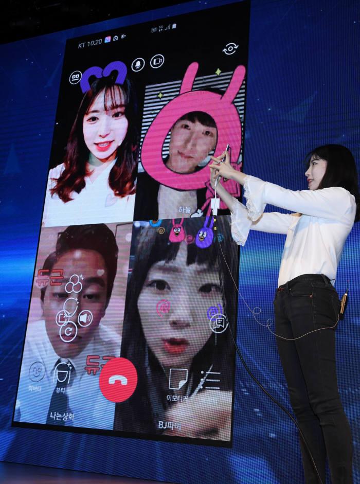 5G 이동통신 상용화를 앞두고 KT는 2일 서울 종로구 광화문 KT스퀘어에서 5G 서비스 관련 기자간담회를 개최했다. 관계자가 나를 5G 서비스 콘텐츠를 시연하고 있다. 김동욱기자 gphoto@etnews.com