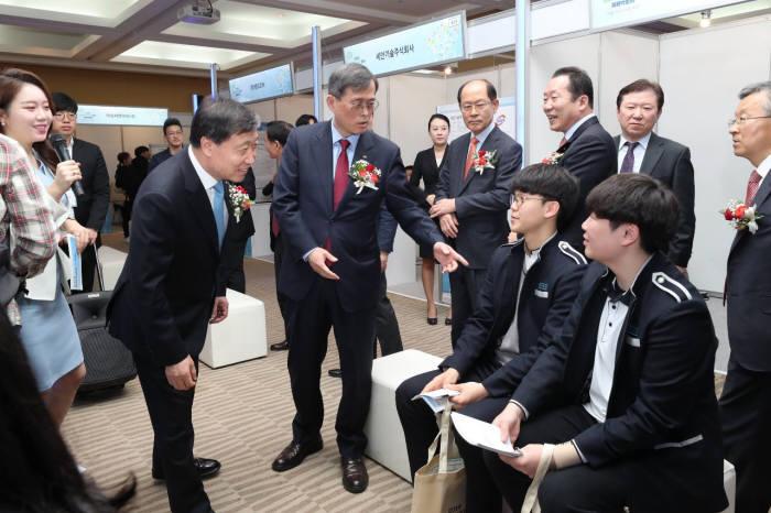 한국수력원자력이 주최한 원자력방사선 분야 채용박람회가 3일 서울 코엑스에서 개막했다. 박람회에는 청년 구직자 취업을 위한 다양한 프로그램이 진행됐다. 정재훈 사장(왼쪽 세번째)이 참여 학생과 대화를 나눴다.