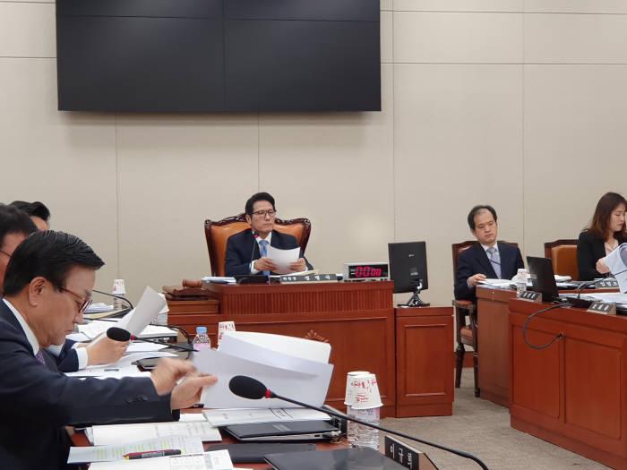 정병국 국회 4차산업혁명 특별위원회 위원장이 회의를 진행하고 있다.