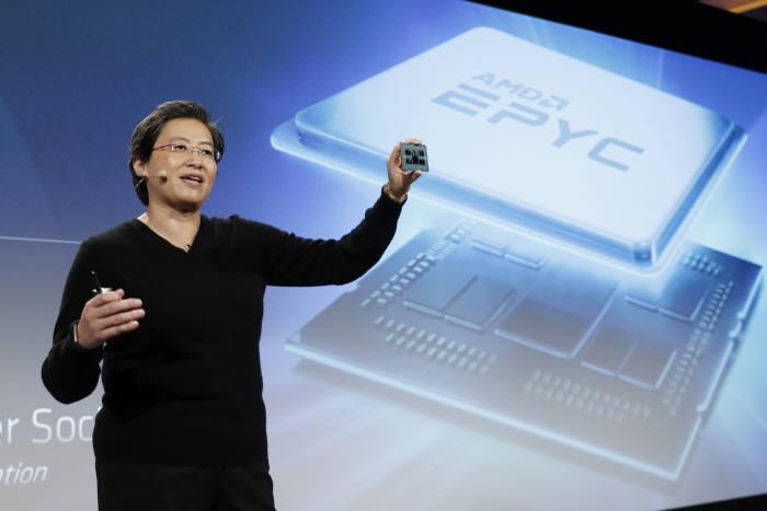 리사 수 AMD CEO가 신형 CPU를 선보이고 있는 모습.<사진 AMD>