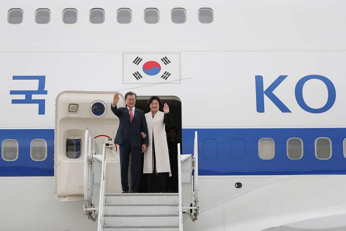 순방길에 오르는 문재인 대통령과 김정숙 여사 모습<출처:청와대>