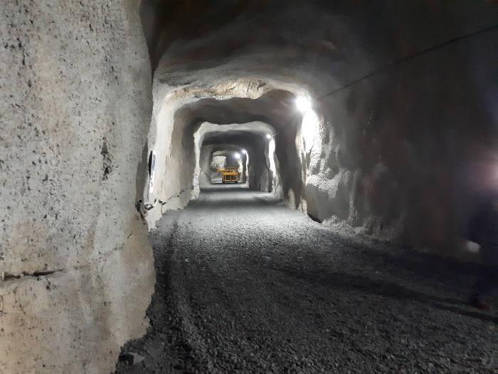 IBS는 한덕철광 지하 600m 지점에서 옆으로 782m를 더 파고 들어가는 터널을 건설해 해당 지점에 지하실험실을 지을 계획이다. 사진은 현재 굴착 중인 터널 내부 모습.