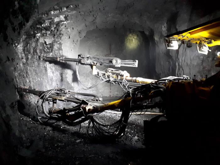 터널 100m 지점에서 굴착 작업을 진행하는 모습