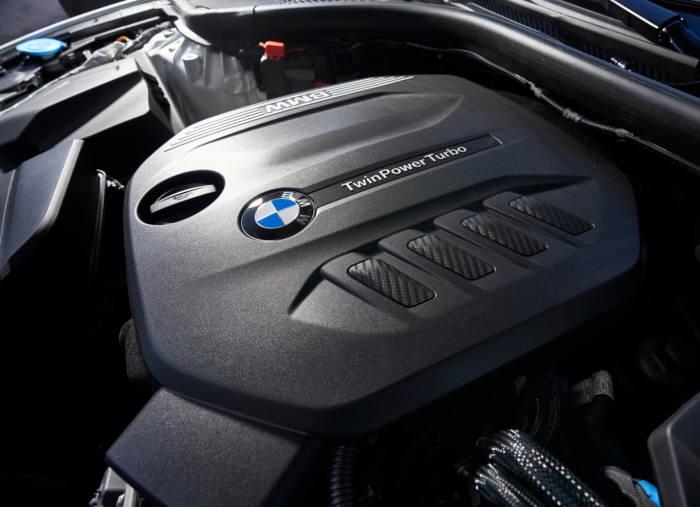 BMW 뉴 3시리즈 엔진룸.