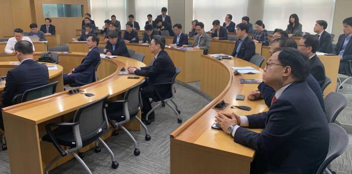 18일 서울 여의도 금융투자교육원에서 열린 제1회 한양증권 수소경제포럼 참석자가 발표를 청취하고 있다.
