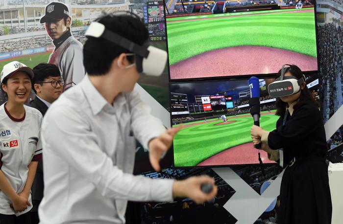 국내 최대 정보통신기술(ICT) 종합 전시회 월드IT쇼(WIS) 2019가 24일 서울 강남구 코엑스에서 개막했다. 관람객이 KT부스에서 5G VR야구 체험을 하고 있다. 이동근기자 foto@etnews.com
