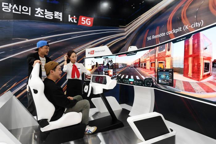 국내 최대 정보통신기술(ICT) 종합 전시회 월드IT쇼(WIS) 2019가 24일 서울 강남구 코엑스에서 개막했다. 관람객이 KT부스에서 5G 리모트 콕핏 체험을 하고 있다. 이동근기자 foto@etnews.com