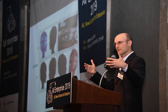 타리프 카와프 알스튜디오 대표가 머신러닝 활용에 있어 인간 좌되와 우뇌 역할을 설명했다.