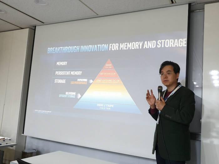 지난 26일 서울 여의도 인텔코리아 사옥에서 열린 인텔 데이터센터용 신제품 설명회에서 나승주 인텔코리아 상무가 발표하고 있다.