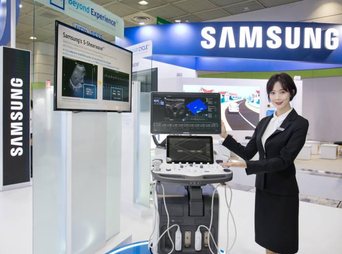 삼성메디슨 관계자가 영상의학과용 프리미엄 초음파 진단기기 RS85를 소개하고 있다.