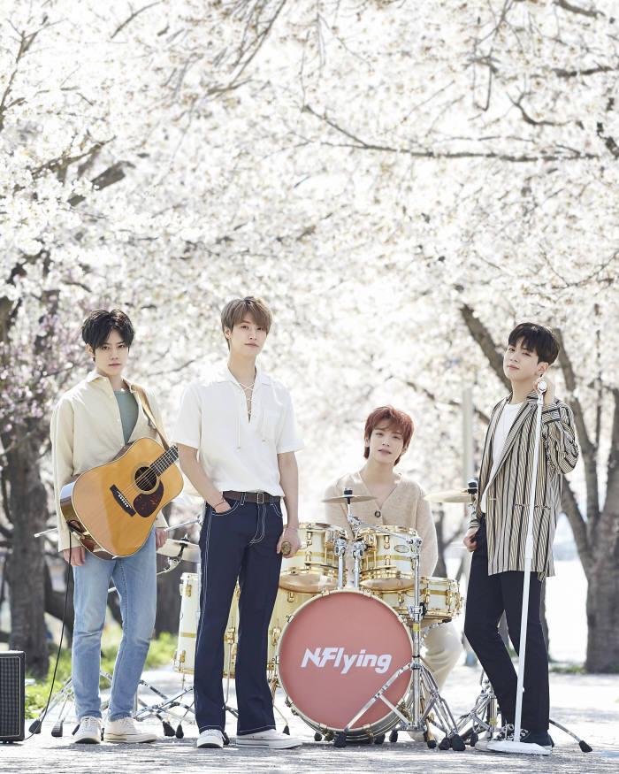 최근 서울 성수동 플레이스비브에서 새 앨범 봄이 부시게를 발표한 엔플라잉과 만났다. (사진=FNC엔터테인먼트 제공)