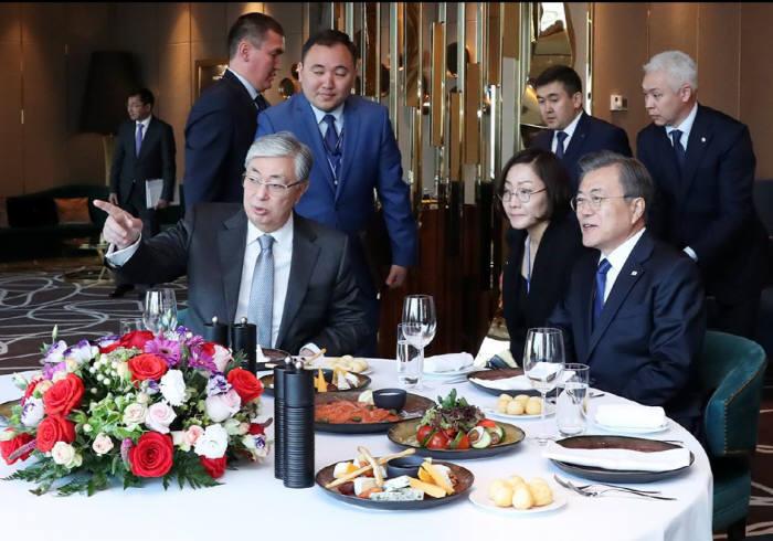 지난달 토카예프 카자스흐탄 대통령이 문재인 대통령이 머물고 있는 숙소를 찾아 대화를 나누고 있다. 청와대 제공