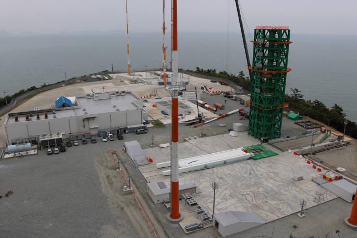 고흥 나로우주센터에 조성 중인 누리호 발사대 모습. 지난달에는 접속 케이블을 발사체 각단에 연결하고, 사람이 이동할 수 있게 하는 타워(사진속 초록색 구조물) 조성을 마쳤다.