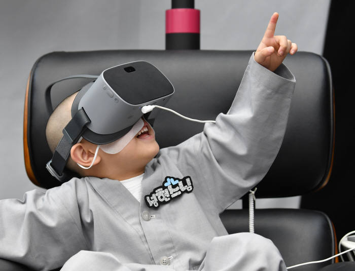 LG유플러스 U+5G VR·AR에 빠진 동자승