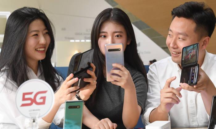 5G 스마트폰 2파전···갤럭시S10 5G vs LG V50 씽큐