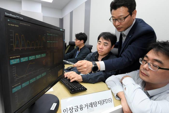 서울 마포구 우리금융상암센터 정보보호통합관제센터에서 관계자가 실시간 FDS 모니터링을 하고 있다. 이동근기자 foto@etnews.com