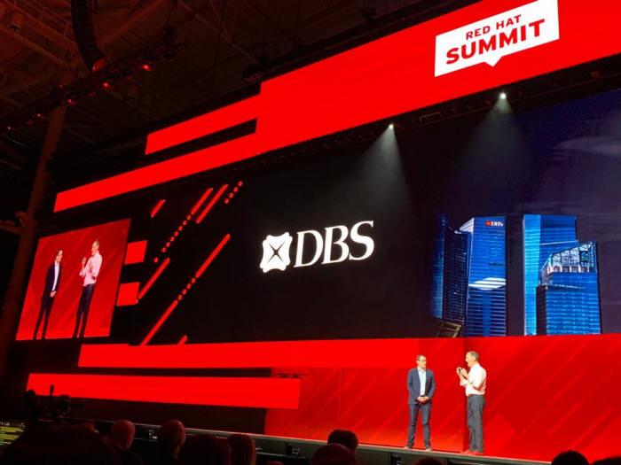 8일(현지시간) 미국 보스턴에서 열린 레드햇 서밋 2019에서 데이브 글레드힐 DBS 그룹 CIO(왼쪽)이 짐 화이트허스트 레드햇 CEO와 함께 디지털 전환 사례를 소개하고 있다. 레드햇 제공