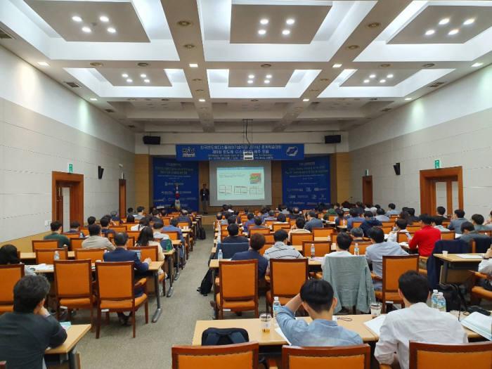 지난 10일 열린 한국반도체디스플레이학회 2019년 춘계학술대회에서 황상준 삼성전자 메모리사업부 상무가 발표하고 있다.