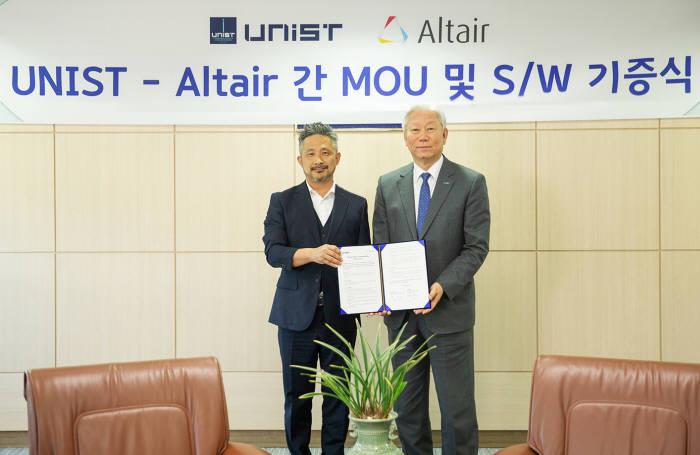 문성수 한국알테어 대표(왼쪽)와 정무영 울산과학기술원 총장이 산학협력을 위한 업무 협약(MOU)을 체결하고 기념촬영했다. 한국알테어 제공