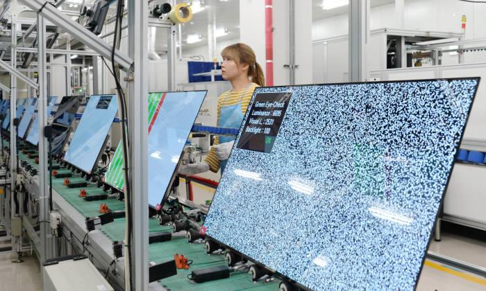 LG전자 직원이 구미사업장 내 생산라인에서 LG 올레드 TV의 품질검사를 진행하고 있다. 사진=LG전자 제공