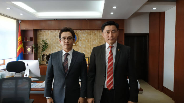 시스기어가 몽골 교육문화과학스포츠부와 글로벌 e스포츠 산업 육성을 위한 양해각서 를 체결했다.(왼쪽) 시스기어 엄상호 대표, (오른쪽) 몽골교육문화과학스포츠부 장관 바타르비레그 윤돈페렌레이
