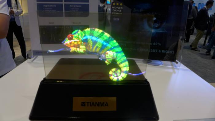 티안마가 SID 디스플레이위크 2019에서 공개한 7.56인치 마이크로LED. 대만 플레이나이트라이드와 함께 개발했다. (사진=전자신문DB)