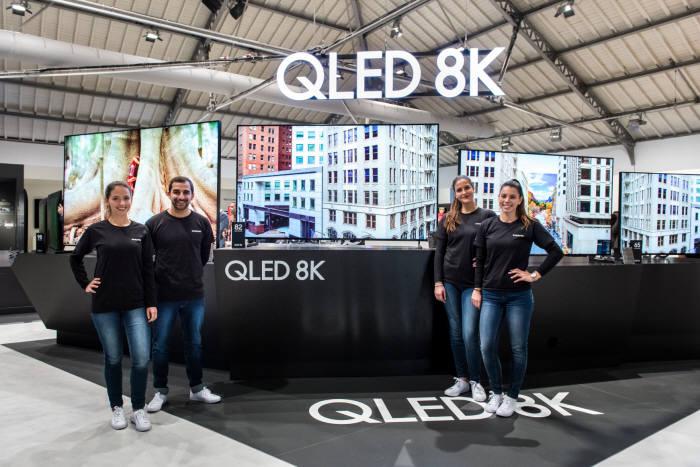 삼성전자 모델들이 지난 2월 유럽 포르투갈에서 진행된 삼성포럼 유럽 2019 행사에서 2019년형 QLED 8K TV 라인업을 소개하고 있다.