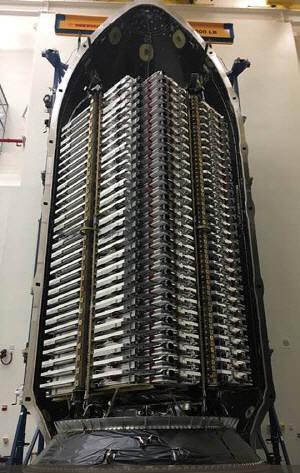 스타링크 위성 60기가 촘촘합게 탑재되어 있다.