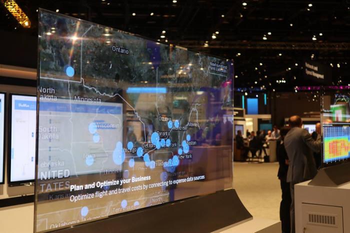 LG전자가 최근 상용화한 55형 투명 OLED 디스플레이. 박종진기자truth@etnews.com