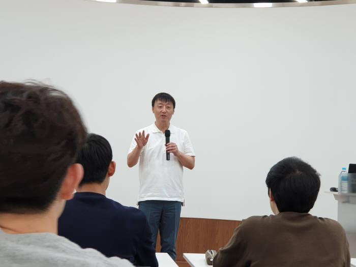 이준호 NHN 회장이 숭실대 학생들에게 4차산업혁명과 융합형 인재에 대해 강연하고 있는 모습