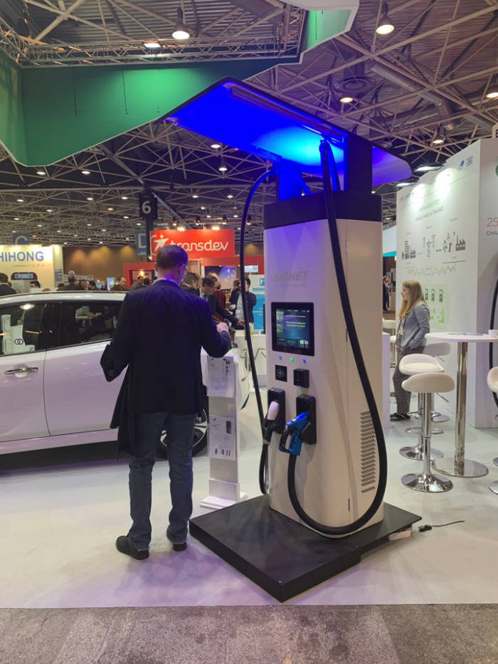 프랑스 리옹에서 열린 EVS32 차데모 부스에 마련된 시그넷이브이의 초급속 충전기.
