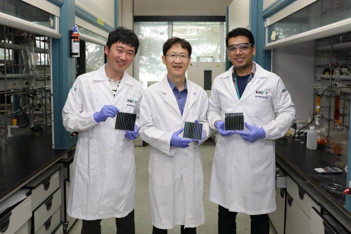 한국화학연구원 유기태양전지 연구진. 사진 왼쪽부터 송창은 박사, 신원석 박사, 샤프켓 라술 박사과정생