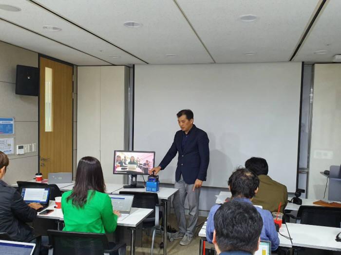 이주석 인텔코리아 전무가 21일 서울 여의도동 인텔코리아 사옥에서 인텔 AI 육성 프로그램과 AI 프로그램이 탑재된 미니 PC 누크를 소개하고 있다.