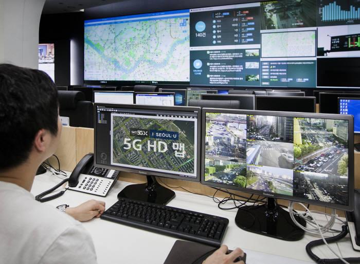 SK텔레콤이 서울 C-ITS 실증 구간의 공간정보 및 도로교통 정보를 HD맵에 업데이트 하는 실제 화면. 주간, 야간, 날씨에 관계없이 차선, 도로 표지판 등이 바로 판독되는 것을 볼 수 있다.