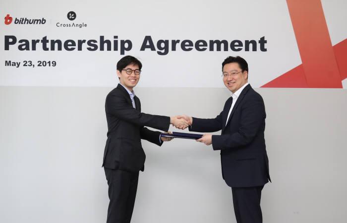 최재원 빗썸 대표(오른쪽)와 김준우 크로스앵글 대표가 지난 23일 서울 강남구 빗썸 본사에서 파트너십 협약을 체결했다.