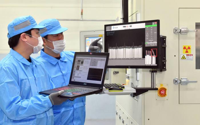 신룡이 3D CT 검사장비를 개발했다. 배터리 셀 단층을 3D 촬영해 분리막 이상과 전극 간 쇼트 여부 등을 검사한다. 기존 장비보다 검사 시간을 7~8초 수준으로 앞당겨 전수 검사가 가능하기 때문에 생산성을 높이면서도 불량률을 획기적으로 줄일 수 있다. 27일 경기도 화성시 신룡에서 연구원이 3D CT 스캐너로 배터리 내부전극 불량을 검사하고 있다. 화성=박지호기자 jihopress@etnews.com