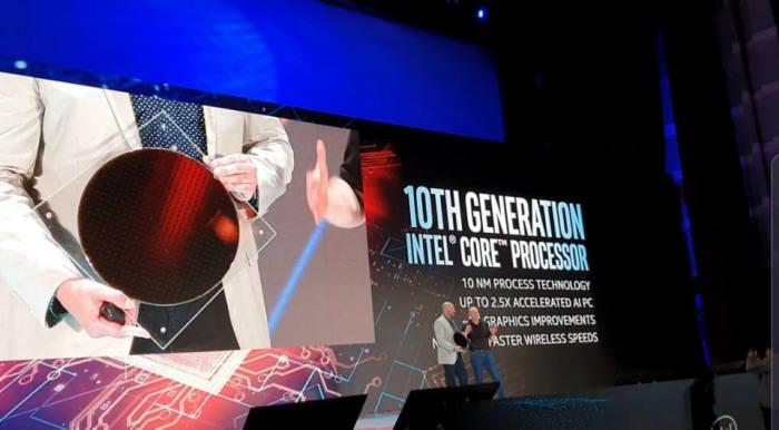 그레고리 브라이언트 인텔 수석부사장이 컴퓨텍스 2019에서 10세대 CPU 웨이퍼를 소개하고 있다.