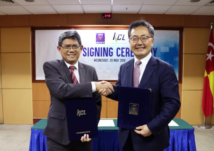 윤갑석 KCL 원장(오른쪽)과 아메드 SIRIM 연구소 대표.