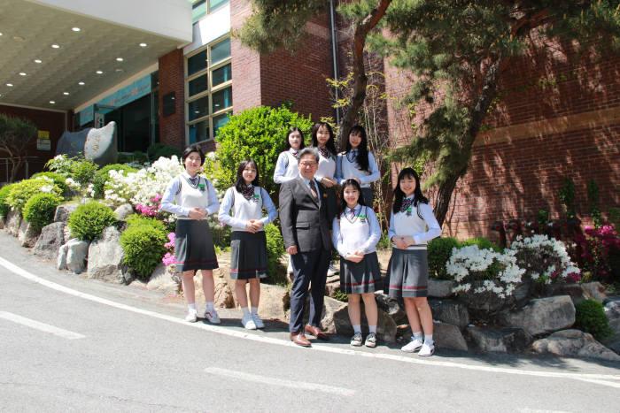 세그루패션디자인고등학교는 전국 유일의 패션디자인 분야 특성화고등학교로 산업 수요에 부합하는 인재를 양성한다.
