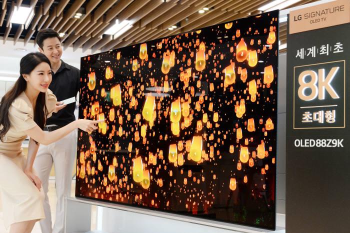 서울 강남구 도산대로에 위치한 LG베스트샵 강남본점 매장에서 모델들이 LG전자의 세계최초 88인치 8K 올레드 TV LG 시그니처 올레드 TV를 소개하고 있다.