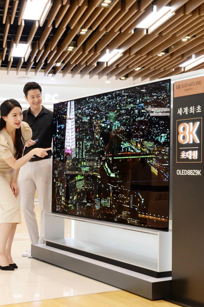 강남구 도산대로에 위치한 LG베스트샵 강남본점 매장에서 모델들이 LG전자의 세계최초 88인치 8K 올레드 TV LG 시그니처 올레드 TV를 소개하고 있다.