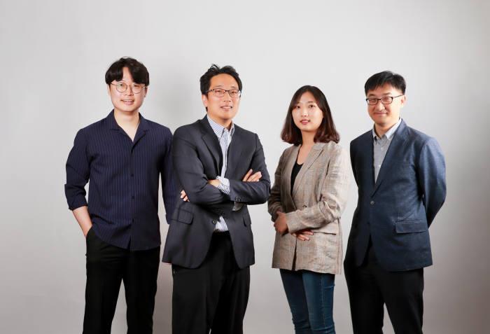 실리콘 기반 음극재 합성기술을 개발한 이준희 교수팀(왼쪽부터 류재건 포스텍 박사후 연구원, 이 교수, 서지희 UNIST 석사과정 연구원, 이호식 UNIST 연구 조교수)