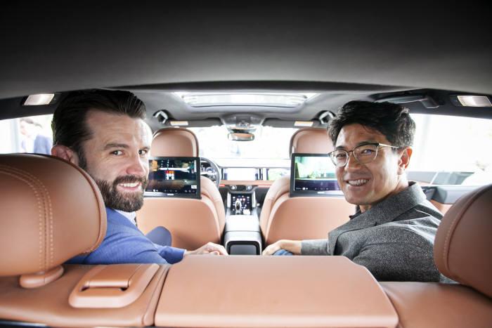 박진효 SK텔레콤 ICT기술센터장(오른쪽)과 크리스토퍼 리플리 싱클레어 방송그룹 CEO가 시연 차량 안에서 5G-ATSC3.0 융합 방송서비스를 시연했다.