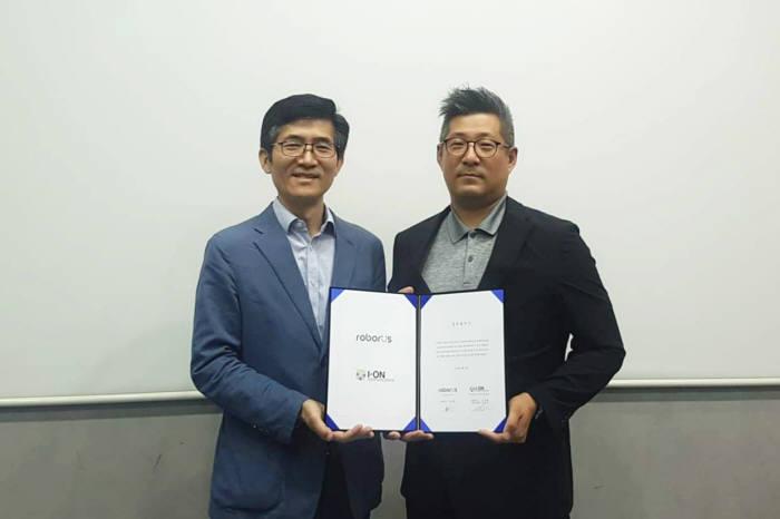 로보러스 김대훈 대표(왼쪽)와 안재석 아이온커뮤니케이션즈 본부장이 MOU를 교환했다.