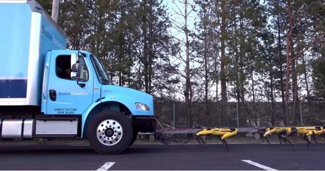 보스턴 다이내믹스 로봇개 스팟 미니 10마리가 11.8톤 트럭을 끌고 있다. <사진=보스턴 다이내믹스 영상>