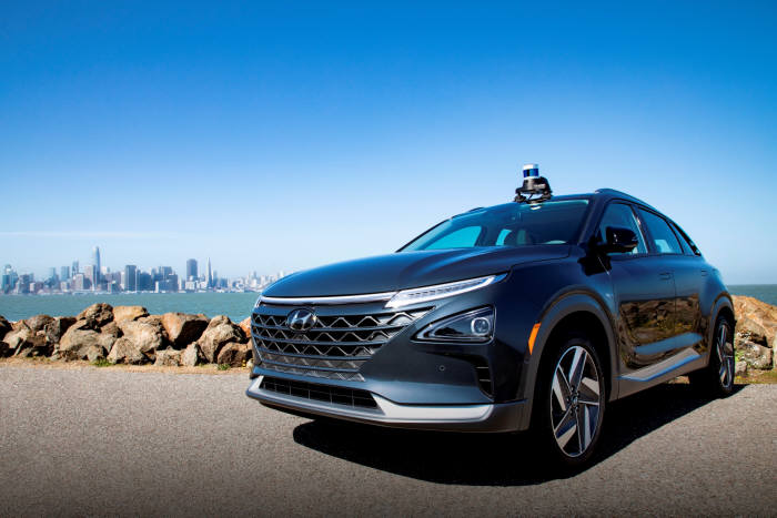 13일 현대·기아차는 사업 파트너사인 미국 자율주행업체 오로라(Aurora Innovation)에 전략 투자하고, 조기 자율주행 시스템 상용화를 위한 상호 협력을 더욱 강화하기로 했다. 사진은 오로라의 첨단 자율주행시스템인 오로라 드라이버(Aurora Driver)가 장착된 현대차의 수소 전기차 넥쏘. (제공=현대·기아자동차)