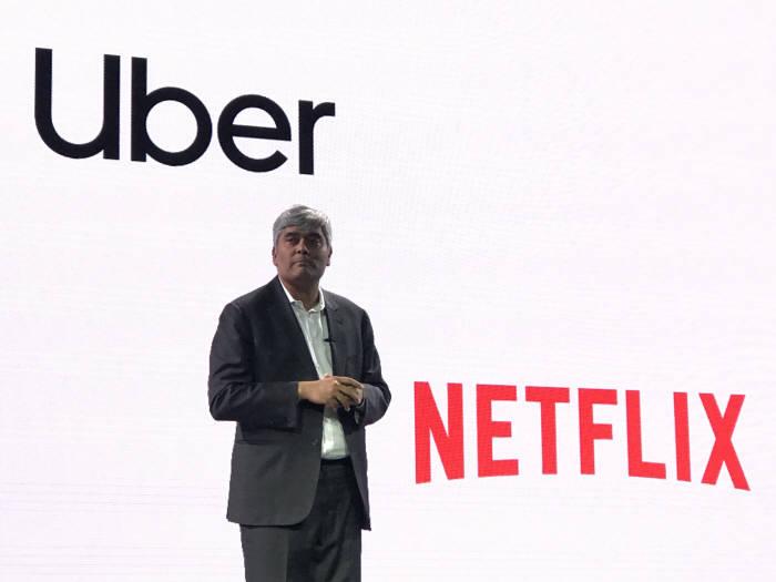 미히르 슈클라 오토메이션 애니웨어 CEO는 기존 기업이 우버나 넷플릭스 등 디지털 네이티브 기업과 경쟁할 방법으로 RPA를 제안했다.